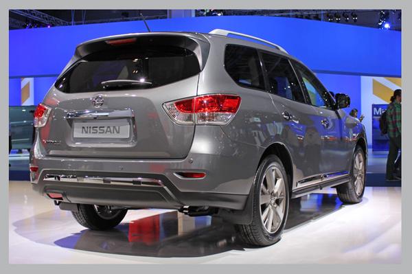 фото Nissan Pathfinder вид сзади